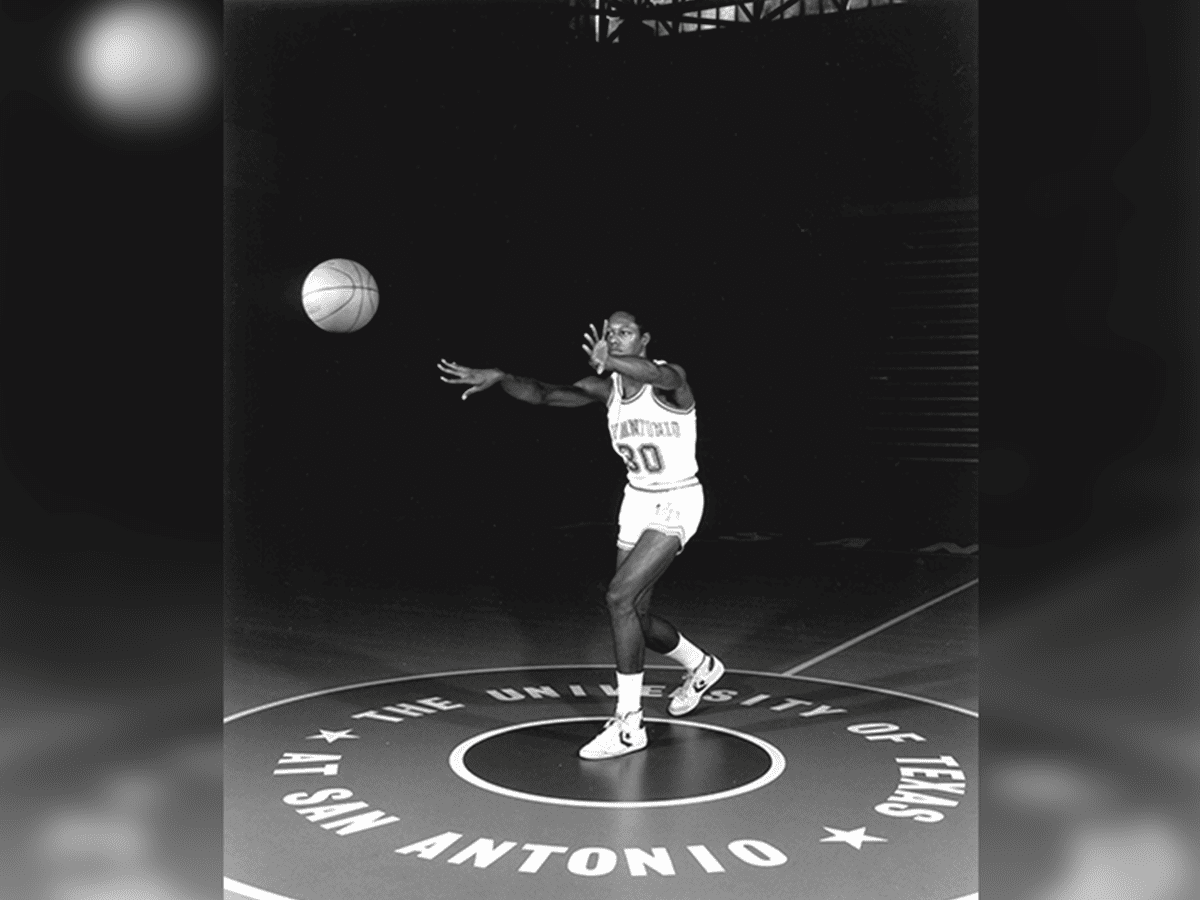 Another Roadrunner publicity shot of Gervin.