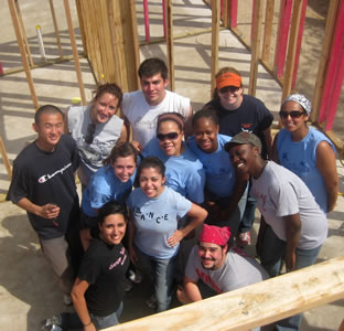 UTSA student volunteers